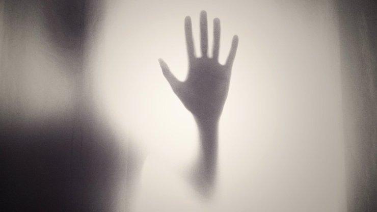 Děsivá paranormální hra o život: Lidé se nechávají lovit duchem Půlnočního muže