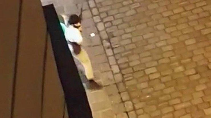 Islamisté ve Vídni chladnokrevně zabili tři lidi. Jeden z pachatelů stále uniká