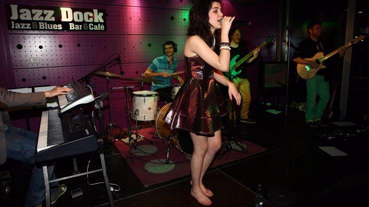 Foot fetišisté, do pozoru: Megastar Celeste Buckingham si během koncertování zula boty a ukázala svoje chodidýlka