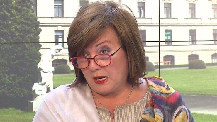 Alena Schillerová obrátila: Jasně, neumím anglicky, jako když bičem mrská
