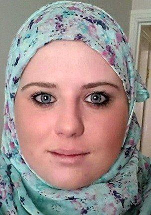 Žena se stala na přání svého milence muslimkou. Po rozchodu odložila šátek a schytala to kyselinou do obličeje
