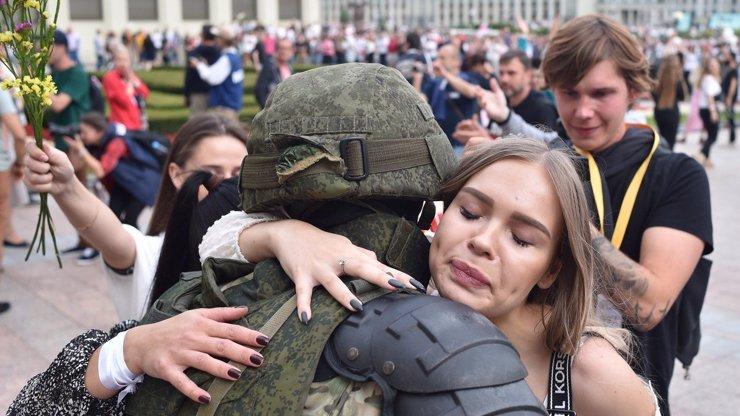Demonstrace v Bělorusku: Protestující objímají těžkooděnce, někteří z nich vyjádřili podporu odložením štítů
