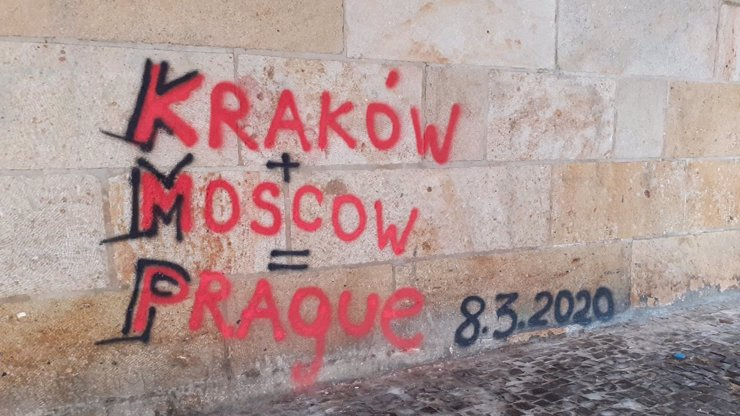 Vandalové znovu poničili Karlův most: Nasprejovali tam obří graffiti, čištění už začalo