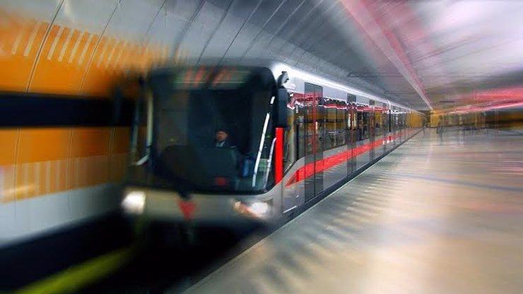 Pobodání v pražském metru: Žena nožem zaútočila na muže, ten je v umělém spánku