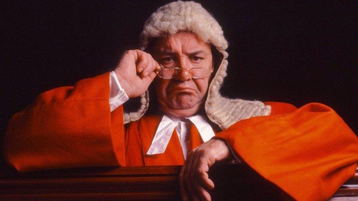 Horké chvilky u soudu: Právník se svlékl a začal souložit. Soudci nevěřili svým očím