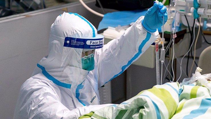 Čech pomohl vyvinout lék na ebolu, teď s ním zachraňují pacienta s koronavirem
