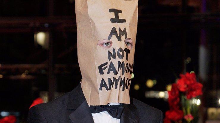 Poznáte, který slavný hollywoodský herec se už definitivně zbláznil a přišel na premiéru filmu s papírovým pytlem na hlavě?