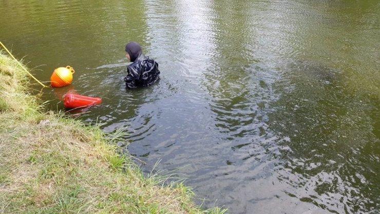 Lovci pokladů z Vltavy vytáhli zvláštní předmět a hodili ho zpět: Teď ho hledá policie