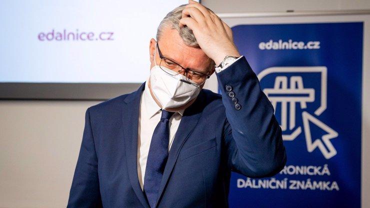 Zůstaňte doma, káže vláda: Karel Havlíček výletuje lokálkou a ještě se tím chlubí, lidé zuří