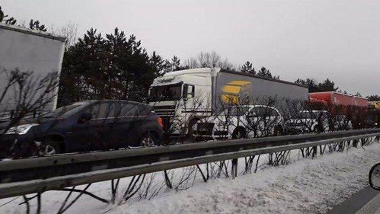 Dopravní šílenství pokračuje: Hromadná bouračka 10 aut na Pražském okruhu, další nehoda na D1!