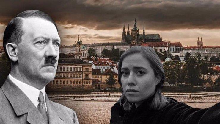 Plameny a selfie: Emma Smetana se vyfotila s hořící katedrálou. Směje se jí celé Česko