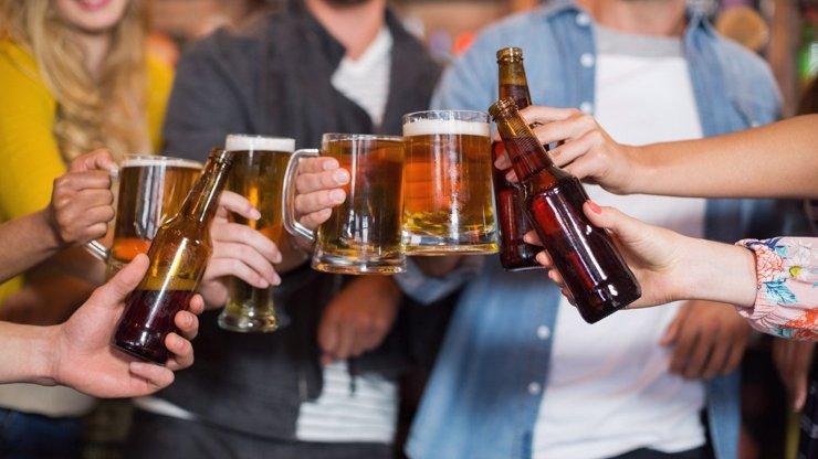 Kocourkov hadr: Podle nového vládního paskvilu se v restauracích nesmí podávat nápoje