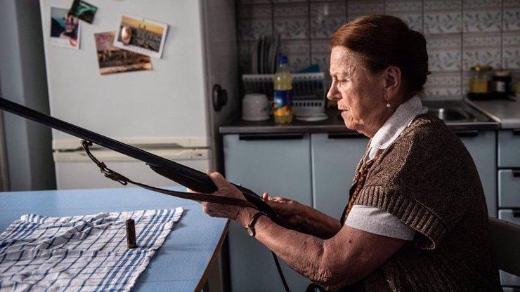 Televizní premiéra filmu Teroristka: Iva Janžurová se kvůli své roli naučila střílet