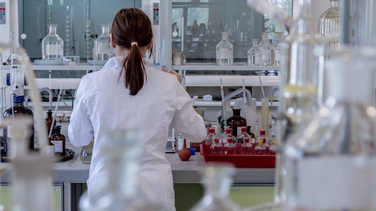 Boj s koronavirem bude trvat déle než rok, tvrdí vědecká studie