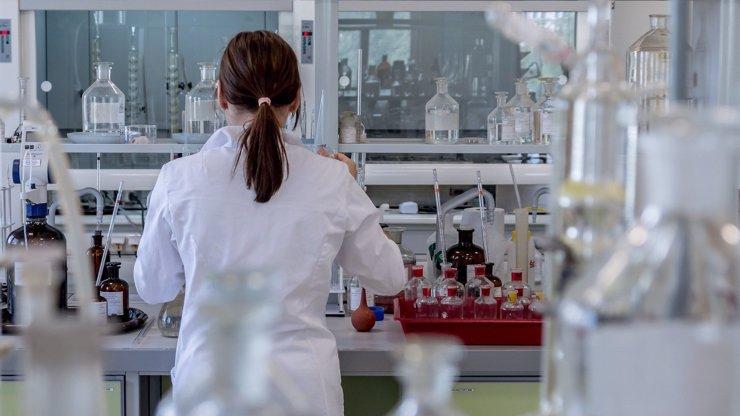 Experimentální lék Remdesivir, který vyléčil nakaženého taxikáře, budou vyrábět Češi