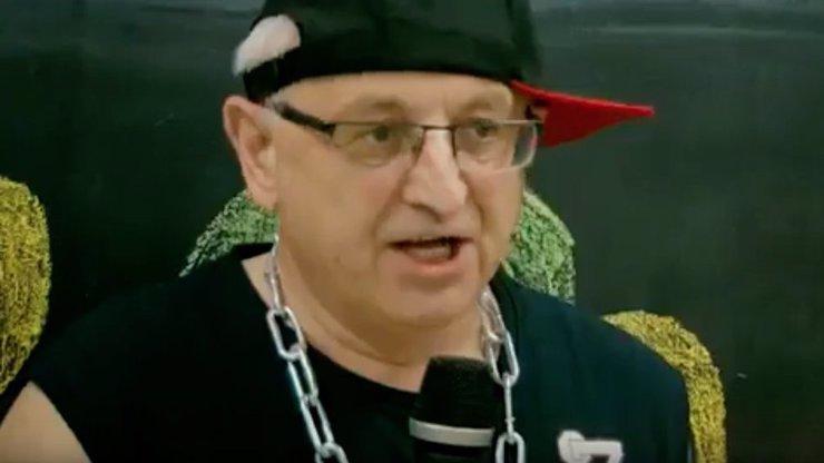 Ředitel české školy se asi pomátl: V šíleném videu se navlékl do tílka a začal rapovat!