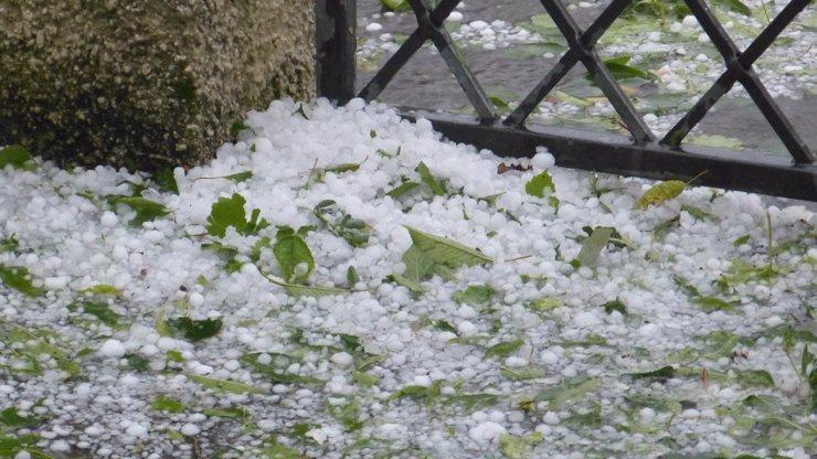 Bouřky budou opravdu silné, počítejte s kroupami, varují meteorologové. Hrozí podemletí silnic