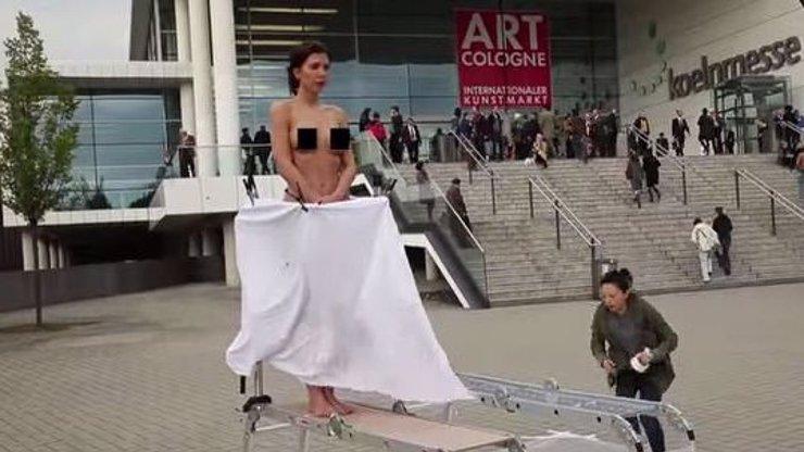Umělkyně s tělem topmodelky na veřejnosti předvedla, jak maluje vaginou. Video vhodné pro 18+