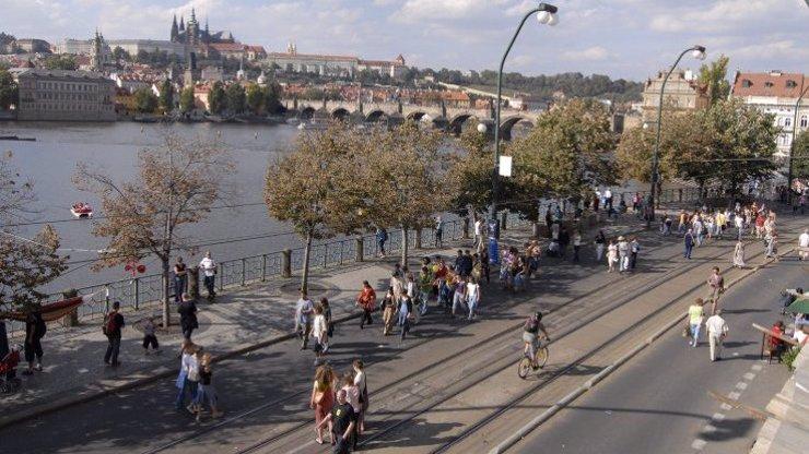 Praha uzavře pruh na Smetanově nábřeží: Místo aut budou předzahrádky a kulturní akce
