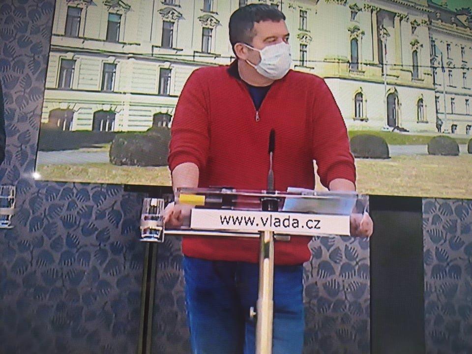 Muži v červeném: Ze svetru Jana Hámačka je symbol boje! Proti viru i za uvadající ČSSD