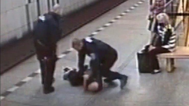 Agresor bez roušky v metru skončil v poutech: Dodržujte nařízení a ušetříte si starosti, vzkazuje policie