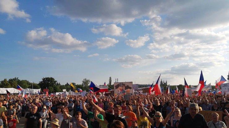 Aktualizováno: Demonstrace skončila hymnou. Na Letné se sešlo přes čtvrt milionu lidí