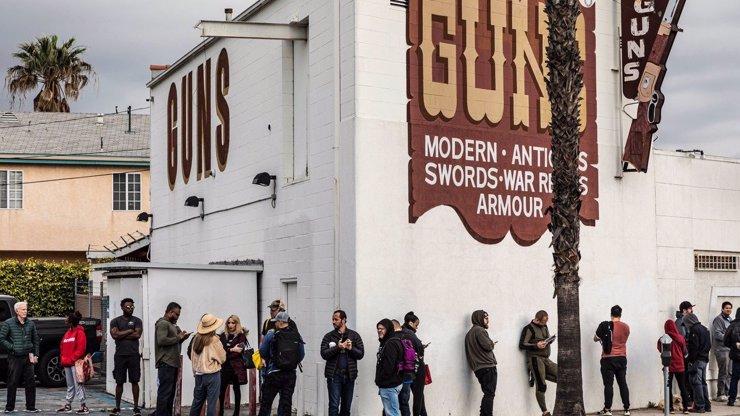 V USA se připravují na nejhorší: Zatímco Češi skupují mouku, Američané střelné zbraně