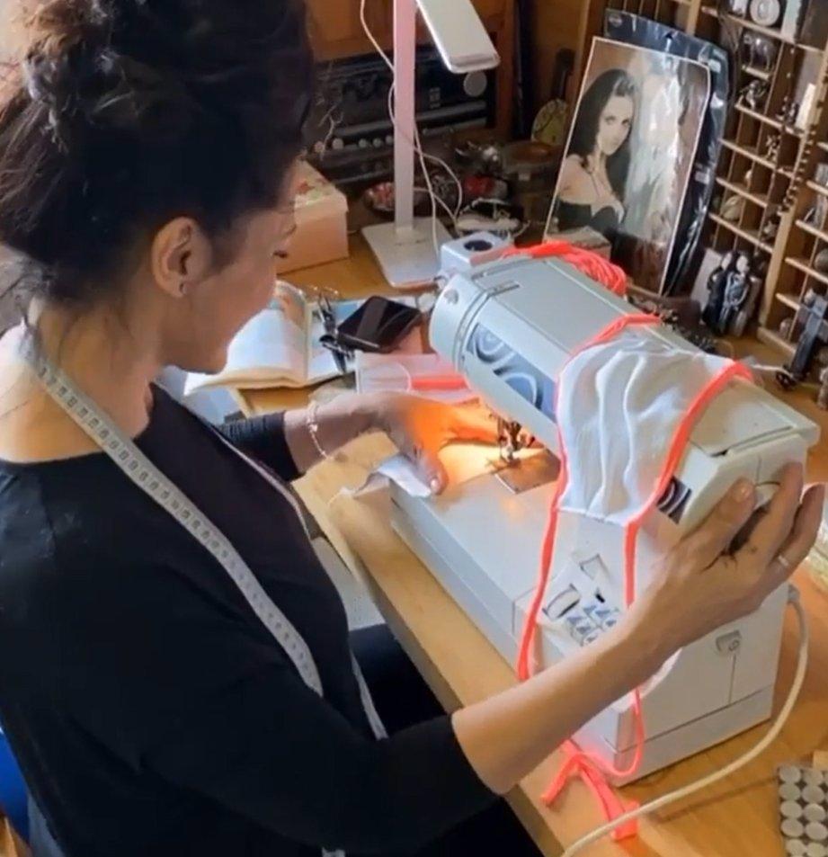 Koronavirus zaměstnává celebrity! Lucie Bílá šije roušky pro kladenskou nemocnici