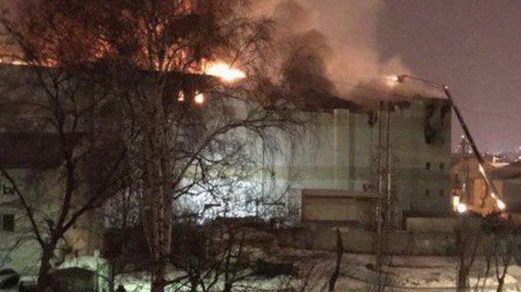 Tragický požár obchoďáku: Zemřelo nejméně 37 lidí včetně dětí! Skákali i z oken