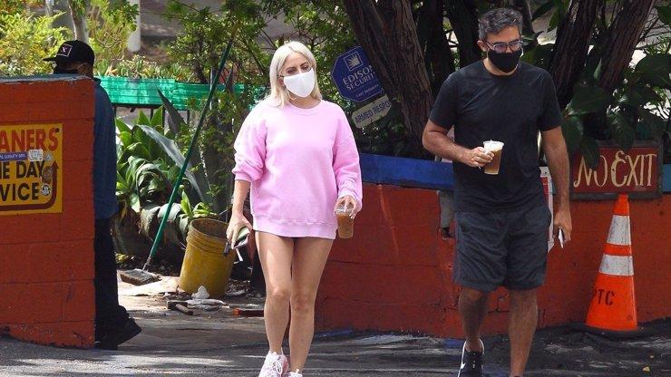 Obličej pod rouškou a holé nohy: Lady Gaga si s přítelem šla pro kávu jen v kalhotkách
