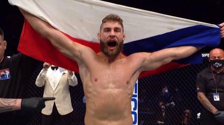 Takhle se píše historie! Procházka ve své famózní premiéře v UFC zničil soupeře brutálním K.O.