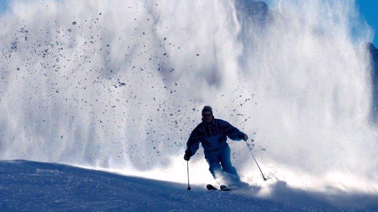 V oblíbeném lyžařském středisku se utrhla lavina: Dva turisté neměli šanci přežít