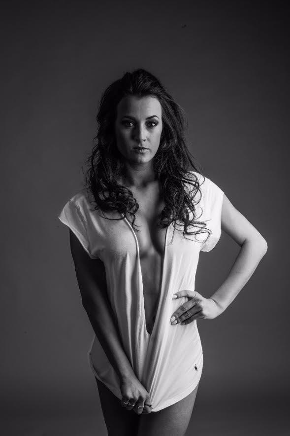 Krásná moderátorka ukázala své přednosti a válela se v bílém prášku! Veronika provokovat umí dokonale!