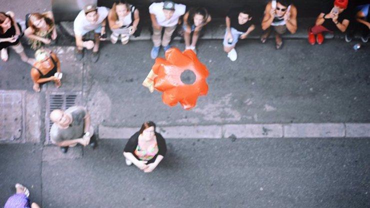 Podnikatel doručuje zákazníkům jídlo pomocí minipadáku: Tohle chceme v Praze taky!