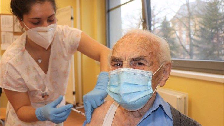 Stoletý stařík, který se nechal očkovat: Hodlám zůstat nadále zdravý, pravil pan Alois