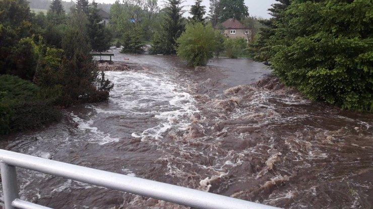 Na Česko udeří další lijáky a bouře: Sucho nahradí bleskové povodně