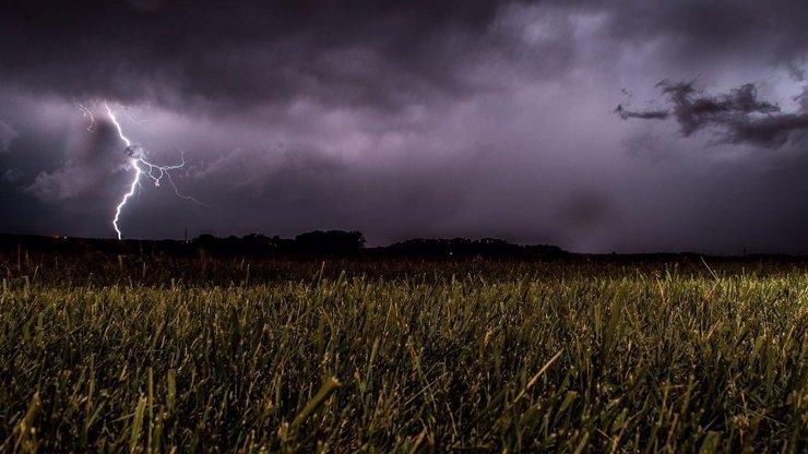 Armagedon o magické svatojánské noci: Žene se pekelné počasí plné bouřek