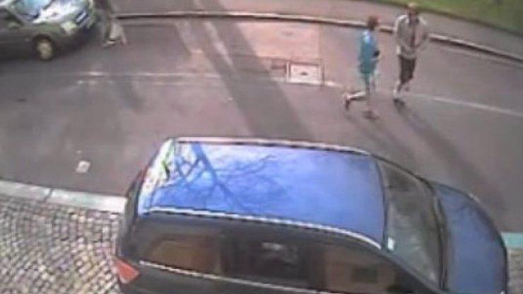 Video, ze kterého bude řidičům zle: Takhle se kradou přes den v Praze auta! Nejsou to náhodou vaše děti?