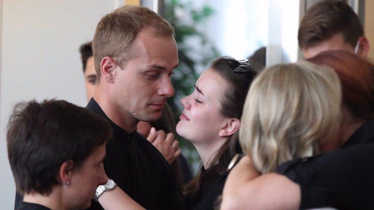Nejdojemnější fotky z pohřbu Ondřeje Buchtely (†20): Zdrcená přítelkyně i truchlící kamarád Lauko