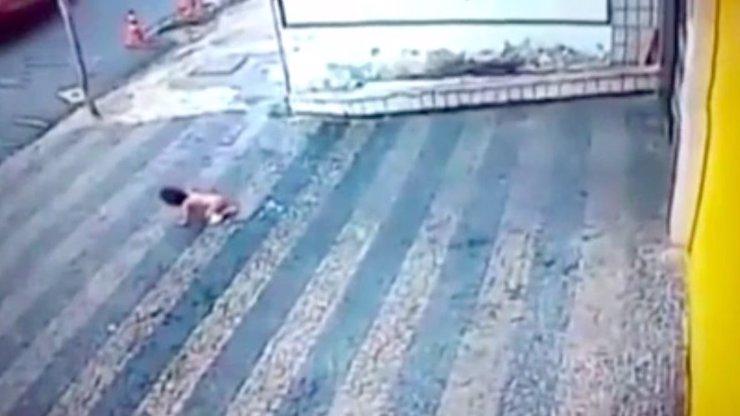 DĚSIVÉ VIDEO: Roční dívenka vypadla z druhého patra. Tomu, co se stalo pak, neuvěříte!