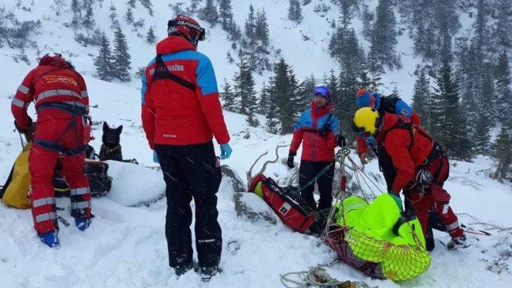 Nechali ji na holičkách: Skialpinisté ženě, kterou uvěznila lavina, nepomohli, nechali ji umřít