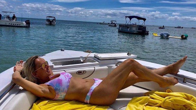 Ačkoliv lidé umírají, pláže se otvírají. Belohorcová nevydržela a vystavila na Floridě hříšné tělo