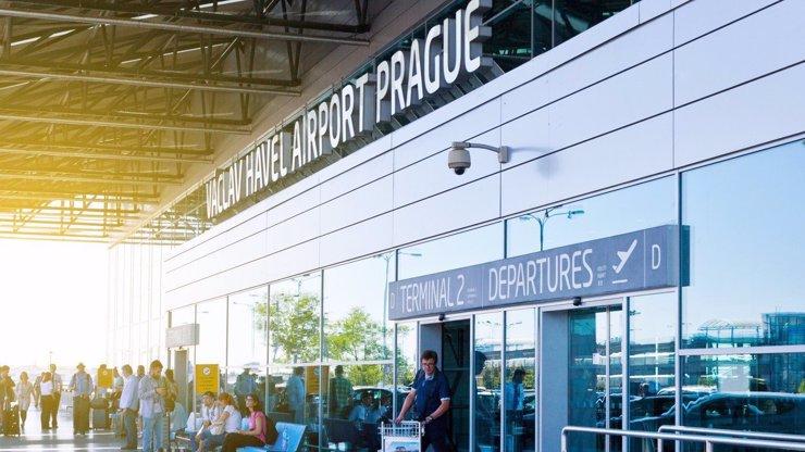 Přísná opatření proti nákaze na letišti v Ruzyni: Tohle vás aktuálně čeká po příletu do Prahy