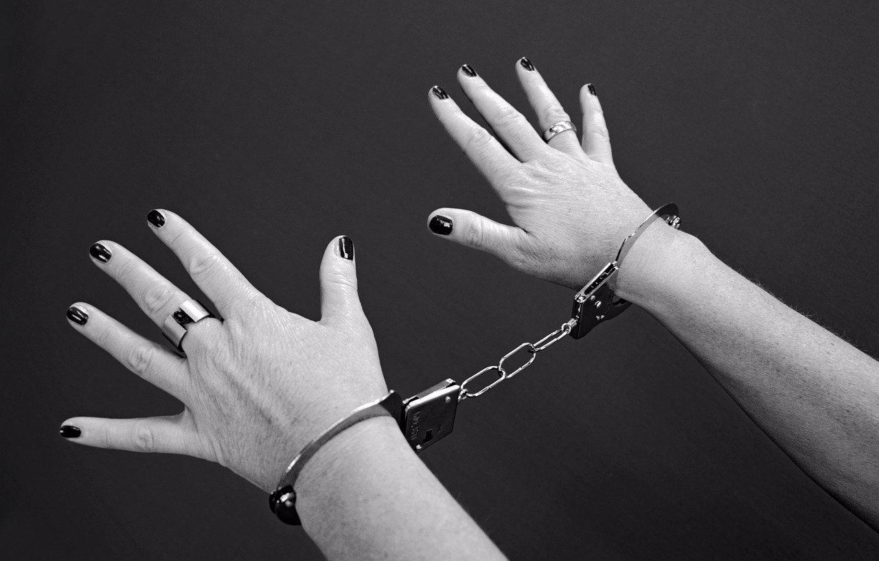 Zrůdná matka z Prahy: Jedno dítě nechala vyhladovět k smrti, druhému neměnila pleny