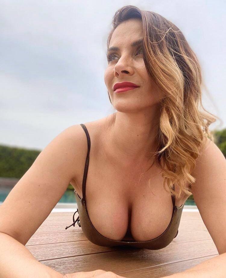 25 snímků neodolatelné Evy Decastelo: Postavu by jí mohla závidět kdejaká dvacítka