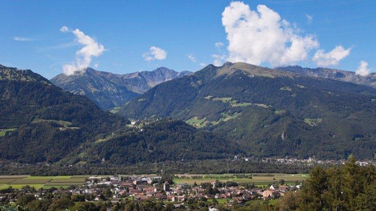 Ve Švýcarsku spadla lanovka: Roční holčička pád ze 30 metrů přežila, její rodiče jsou mrtví