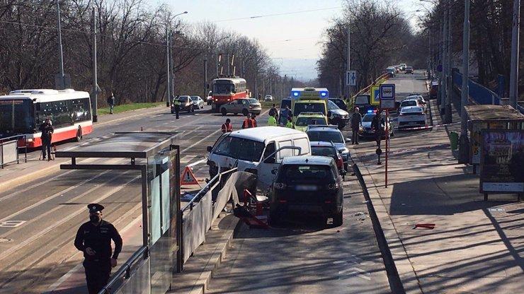 Děsivá nehoda v Praze: Dodávka na zastávce smetla několik lidí, zasahoval vrtulník