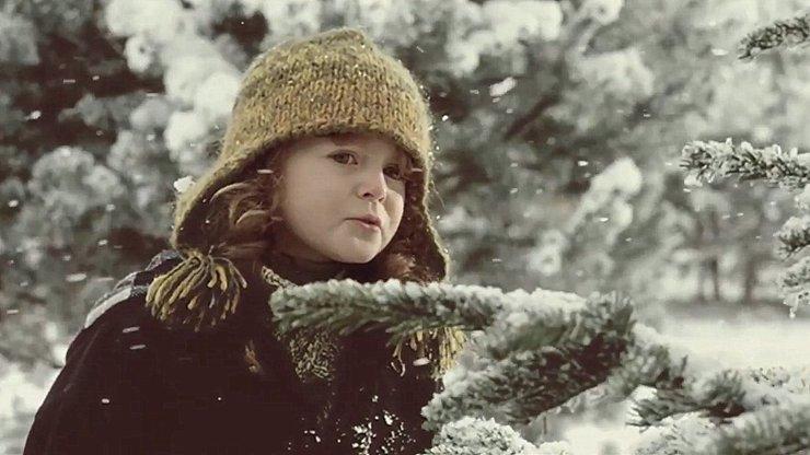 JÁ NEMUSÍM, JÁ UŽ HO VIDÍM! Holčičku z vánoční reklamy semlela popularita
