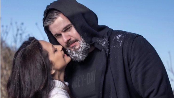 Zamilovaná Lucie Bílá: Polibky pro svého Yettiho nešetří, nikdy nevypadala lépe