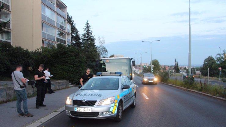 Útočník honil po Praze jiného muže s tím, že ho zabije: Pak hodil po policistech sekeru!